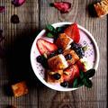 シナモントーストとイチゴのスムージーボウル【スパイス大使】 by naomiさん