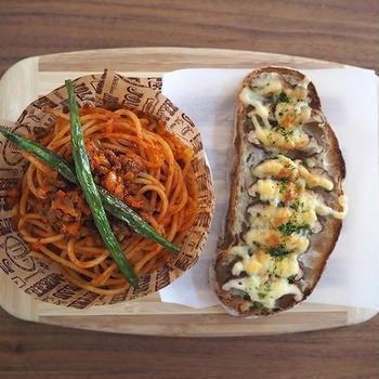 ミートスパと椎茸のピザパン弁当、秋鮭の塩焼き定食