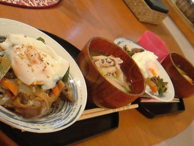 お昼にホルモン丼♪