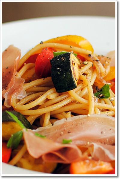 生ハムといろいろ野菜の赤ワインビネガーとバルサミコ風味のブカティーニ