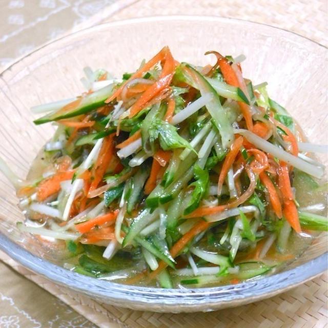 簡単混ぜるだけ〜お酢でサッパリ&スパイシーな疲労回復おかず!キュウリと水菜のもずく酢サラダ。