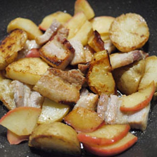 塩豚とジャガイモ、リンゴのポットロースト