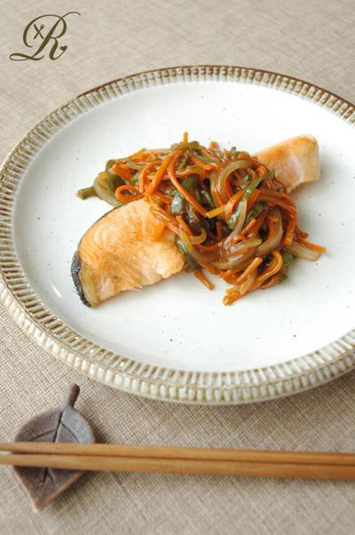 シャケと野菜の黒酢米粉あんかけ