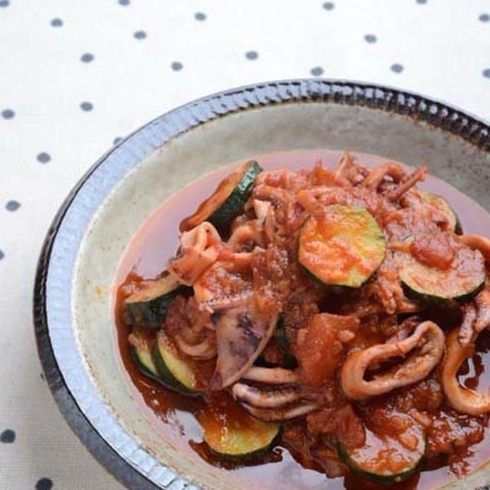 皿に盛られたイカのトマト煮