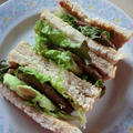 ライ麦パンとハンバーグのサンドイッチ