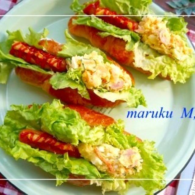 カレー風味のポテトサラダ&ソーセージのダブル*ロールサンド&スマホ画面。