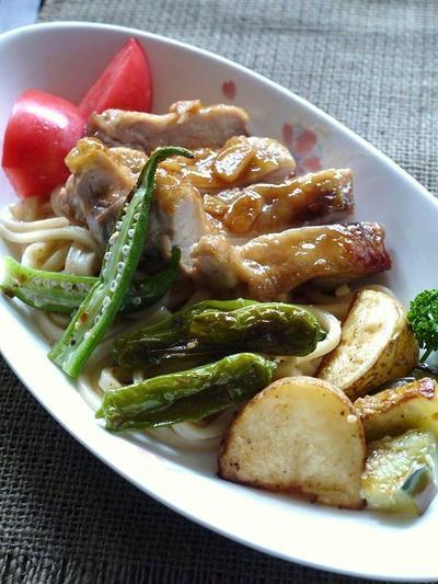 <これひと皿で満足!バター醤油やきうどん(冷凍うどんで)照り焼きチキンや野菜もたっぷり>