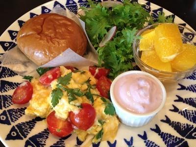簡単&ハッピーな朝ごはん① 「トマトとチーズのスクランブル」