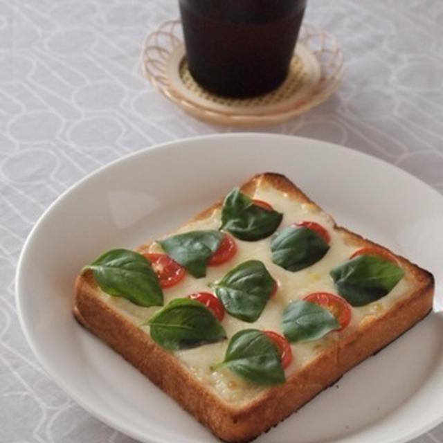 トマトとバジルのピザトースト