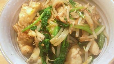 鶏皮と野菜を炒めた油そば。2つの味を。