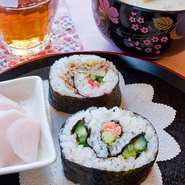恵方巻きに!肉そぼろのり巻き、椿のつぼみ飾り巻き寿司