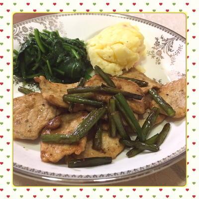 疲労回復に・・・豚肉とニンニクの芽の簡単オイスターソース炒め(レシピ付)