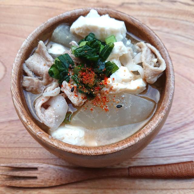 寒い日に温まる豚汁(大根、豚こま、里芋、豆腐)