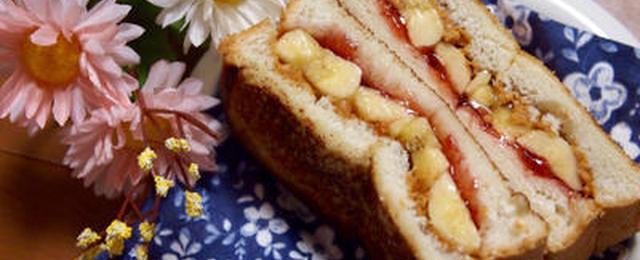 アメリカンな朝ごはん♪「ピーナッツバターのサンドイッチ」が濃厚です!
