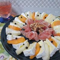 季節のフルーツとカマンベールチーズのカプレーゼ