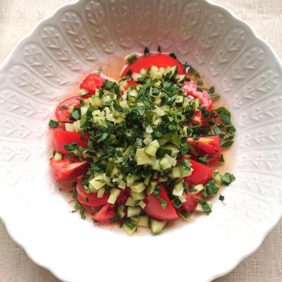 トマトに自家製きゅうりピクルスと大葉のせ(マリネ)