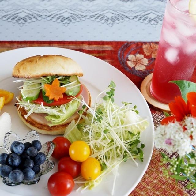 簡単10分で 至福の朝ご飯【バーガーサンド/赤紫蘇ドリンク付き】です♪