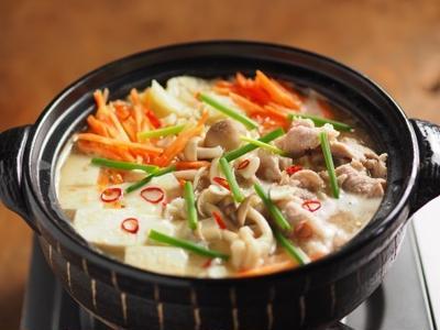 柔らか豚肉のにんにく味噌鍋 、 豚こま肉を牛乳に漬け込むと柔らかくなる!