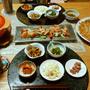 ニラチヂミとスンドゥブ鍋的スープとサーモンのマリネ。小鉢は5品の晩酌。