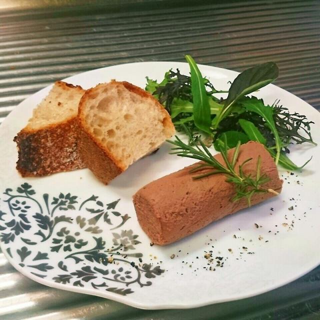 ねっとりとした食感と旨味と臭みのバランスが大事!低温調理法を用いたレバーのパテ。