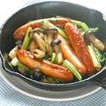 スキレットで簡単おつまみ!熱々こんがり〜小松菜としめじで和風ソーセージ焼。