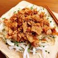 新玉ねぎのカリカリ豚肉のせサラダ