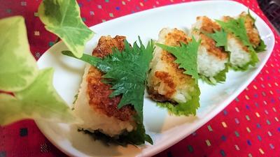 【レシピ】お弁当にも★香ばしい★風味抜群【ミニ焼きおにぎりの青しそ巻き】