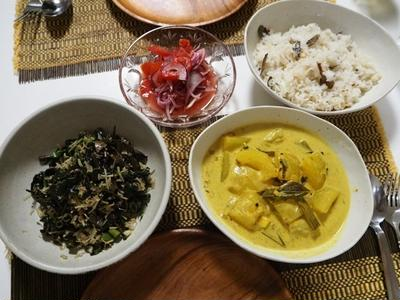 スリランカ料理3品の冬瓜カレー、空芯菜のテルダーラ、紫玉ねぎのサンボール