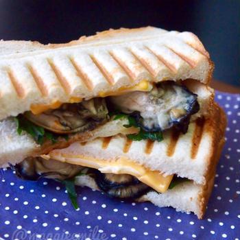 簡単朝ごはん!蒸し牡蠣と大葉チーズで和風パニーニ*和ニーニ*ホットサンド