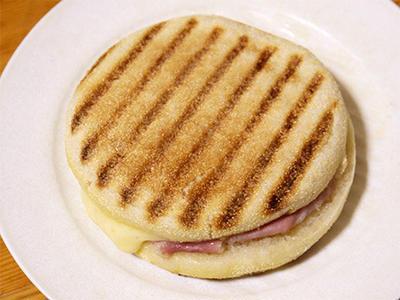 イングリッシュマフィンに生ハムとチーズをはさんだパニーニ