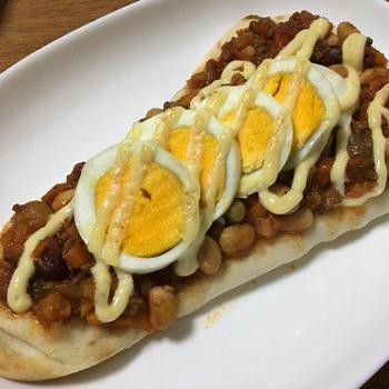 デルソーレ「手のばしナン」でアレンジレシピ<br />「辛くないチリビーンズ」とゆで卵でマヨピザ風