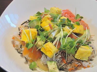 スモークサーモンとアボカドのちらし寿司