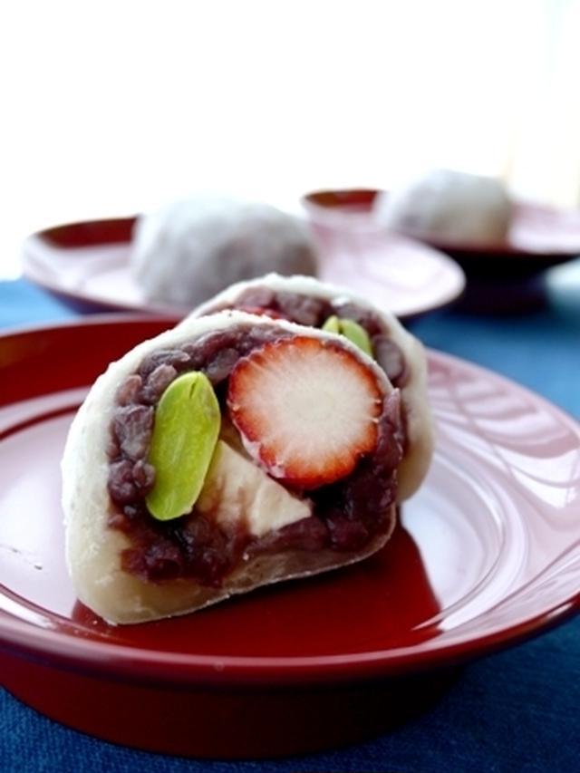 「なんじゃこら大福」の中にあんこ・苺・栗・クリームチーズが入っている写真