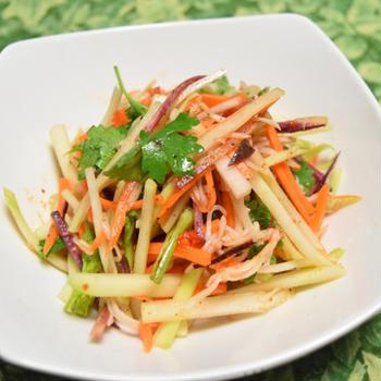 青パパイヤとカニカマのサラダ。タイ料理のソムタムを手軽にしたおつまみ。
