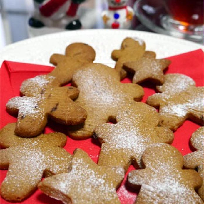 赤いナフキンの上に盛られた、ジンジャークッキー