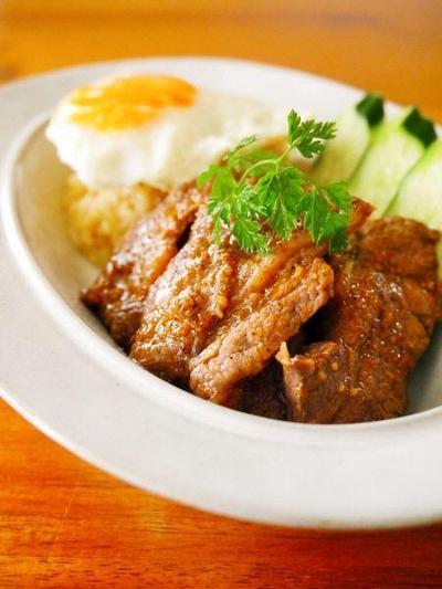 牛バラ肉のにんにく黒胡椒炒め@目玉焼きのっけ♪お家で簡単タイ料理@アジアごはんごちそうワンプレート!