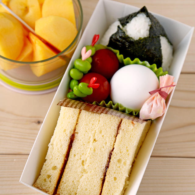 スポンジケーキ弁当  と マーボー豆腐