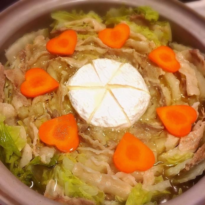 茶色の土鍋に入ったカマンベールチーズ入りミルフィーユ鍋