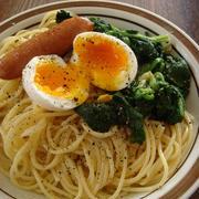 スパゲティと一緒に卵とほうれん草も茹でて「半熟卵とほうれん草のスパゲティ」