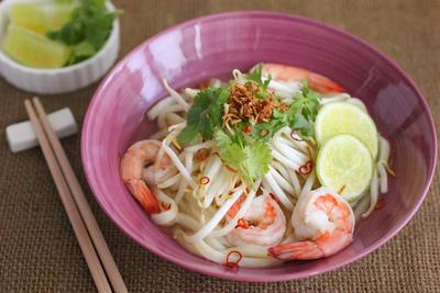 冷凍うどんで簡単!エビのベトナム風スープうどん