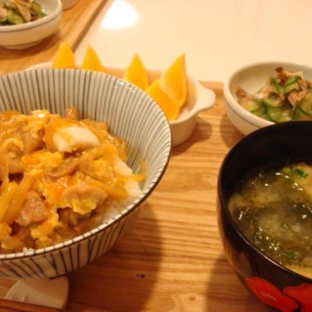 親子丼と、アジの干物ときゅうりの酢の物。