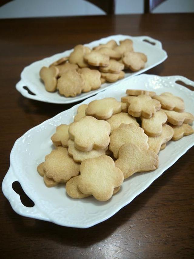 白いお皿に盛られたバタークッキー