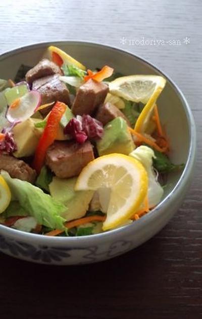 鮪のたたきとアボカドのサラダ