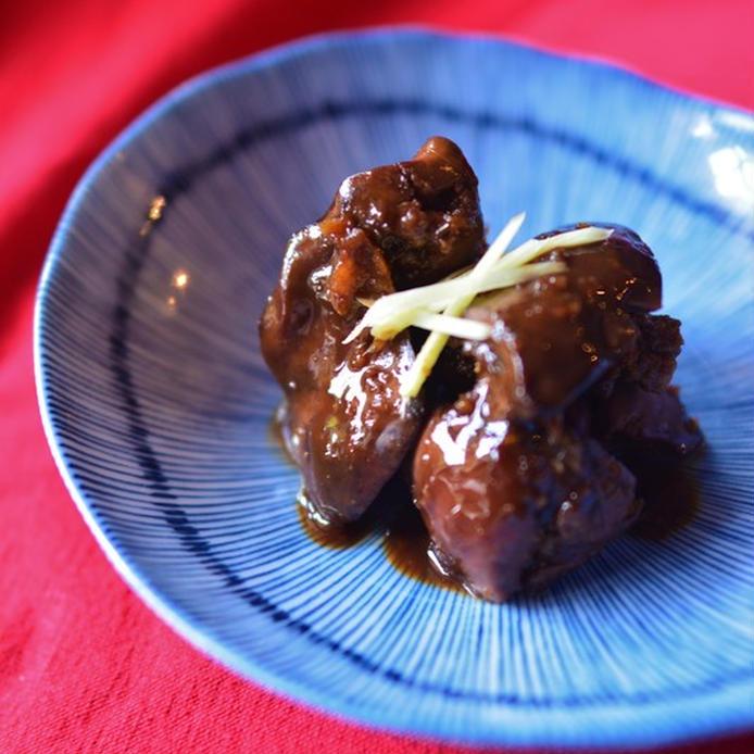 青い小皿に盛られたバルサミコ鶏レバー