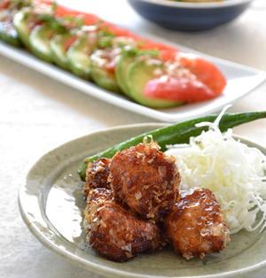 触発~鶏むね肉のかつおぶし衣竜田揚げ。アボカドトマトのおかかにんにくしょうゆ浸し。