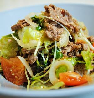 お肉がぷりっと柔らか♪メインになる!たっぷり野菜と牛肉の冷しゃぶサラダ コク旨ピリ辛ドレッシング
