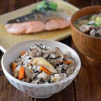 秋になると食べたくなる炊き込みご飯の献立。きのことひじきの炊き込みご飯。