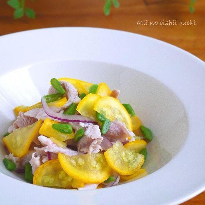 白の皿に盛られた黄ズッキーニと豚しゃぶのサラダ