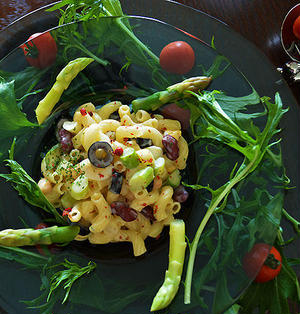 マスカルたらこクリームの アスパラとお豆のマカロニサラダ   オマケはキャサリンたち