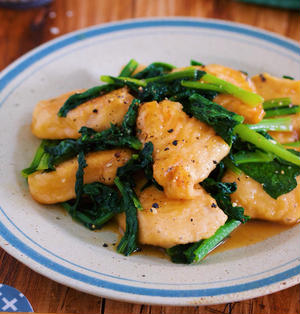 ご飯もお酒も止まらないっ!『鶏むね肉と小松菜のガリバタ醤油ソテー』
